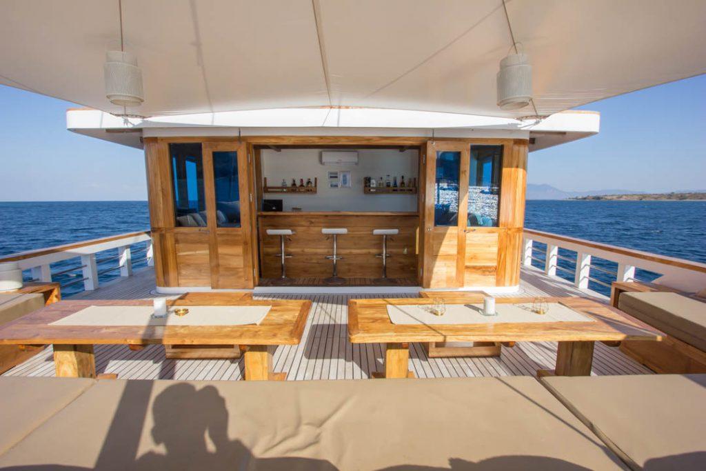 foto bar sewa kapal fenides phinisi liveaboard